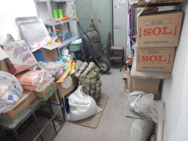 Alimentos estavam misturados a outros itens, em locais impróprios, dentro das unidades de ensino