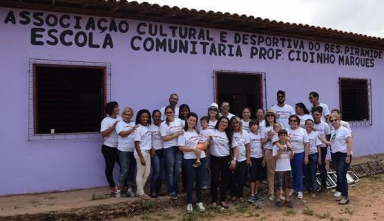 Equipe da Dot Beauty com crianças atendidas durante ação voluntária na escola