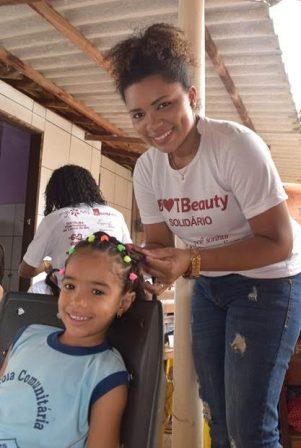 Profissional da Dot Beauty faz penteado em aluna