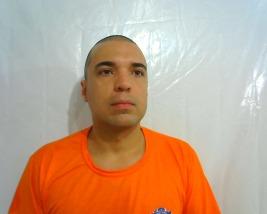 Lucas Porto com o uniforme de detento