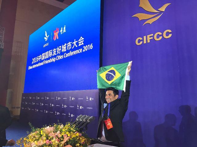 Wellington exibe bandeira no Brasil na conferência: deputado exaltou o país onde nasceu aos chineses