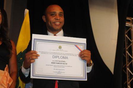 Reeleito com votação expressiva, vereador Beto Castro mostra diploma