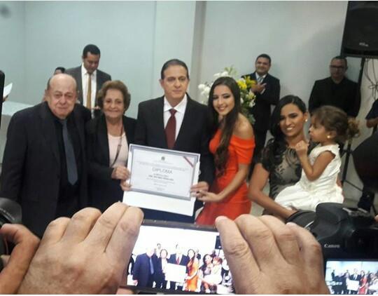 Fábio Gentil exibe diploma de prefeito ao lado do pai, Zé Gentil, e outros familiares