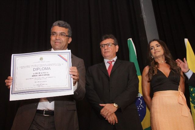 Marcial Lima exibe, com orgulho, o diploma de vereador, que oficializou o início da sua carreira política