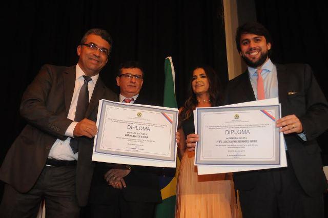 Vereadores Marcial Lima e Pedro Lucas Fernandes exibem diplomas entregues pela Justiça Eleitoral