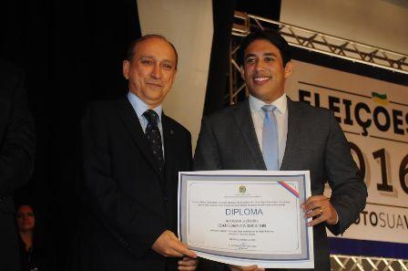 Vereador Osmar Filho recebe diploma das mãos do presidente do TRE-MA, desembargador Lourival Serejo