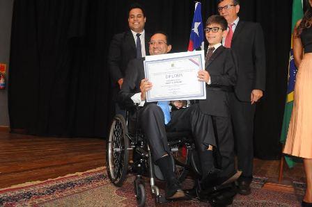 vereador reeleito Ricardo Diniz compareceu à solenidade de diplomação de cadeira de rodas