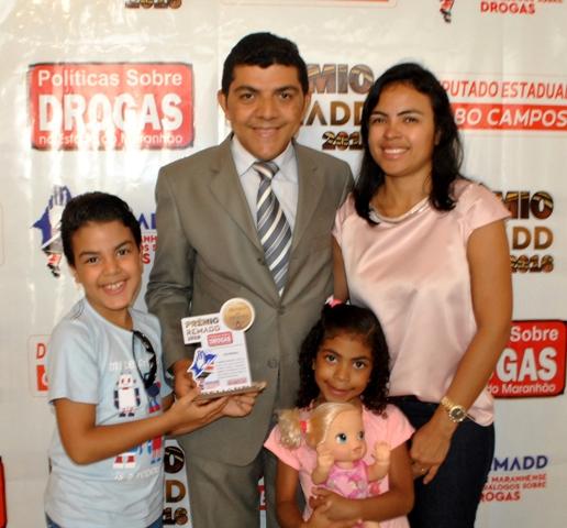 Ciro com a esposa e os dois filhos na cerimônia de premiação, no auditório da Fiema