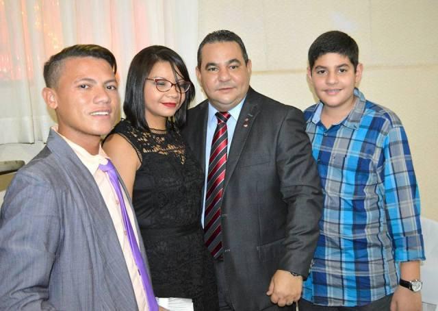 Vereador Gilvan Mocidade na solenidade de posse com a esposa, o filho e amigo