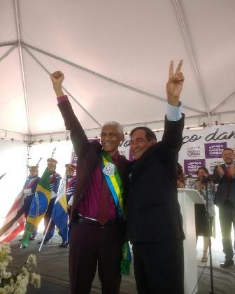 Dutra com a faixa de prefeito entregue por Josemar Sobreiro