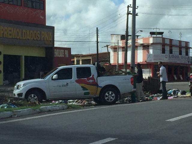 Camionete de órgão estadual despeja lixo no canteiro central da Avenida Vitorino Freire