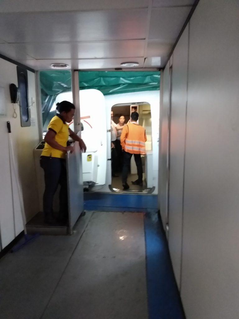 Tripulação discutiu procedimentos após a evacuação da aeronave, mas não deu detalhes sobre a ocorrência aos passageiros