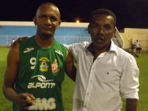 Atacante Lindoval e o presidente Edvaldo Cardoso (Foto/M. Rodrigues)