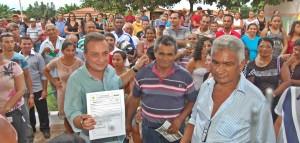 Secretário Luís Fernando mostra ordem de serviços aos moradores (Foto/Jorge Ribeiro)