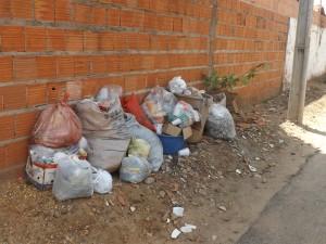 Lixo acumulado em rua do Centro (Foto/Divino Moura)