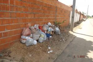 Lixo nas ruas de Ribamar Fiquene (Foto/M. Rodrigues)