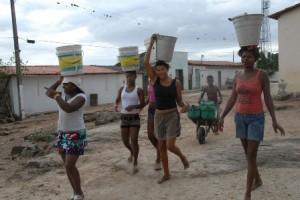 Mulheres carregando água (Foto/Arquivo)