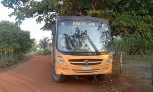 Ônibus escolar quebrado na estrada (Foto: Evandro)