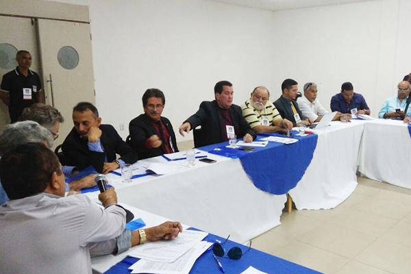 Dirigentes da FMF e de clubes discutindo o campeonato maranhense