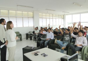 A secretária Municipal de Informação e Tecnologia, Tati Lima, e o superintendente Administrativo-Financeiro, Fabrício Ferreira, apresentando o prejeto para os servidores da Semit.