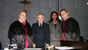 Os desembargadores eleitos Marcelino Everton e Ângela Salazar entre o presidente do TJ, Antônio Guerreiro Júnior, e o corregedor-geral de Justiça, Cleones Cunha