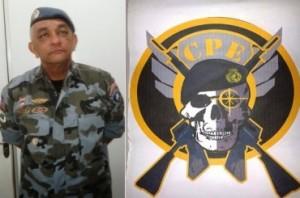 O comandante do CPE, coronel Ivaldo Barbosa, ao lado do símbolo da unidade