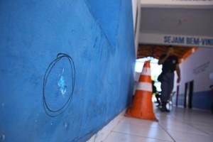 Marca de disparo de pistola 380 que atingiu destacamento da PM em Raposa (Foto: Biné Morais/O Estado)