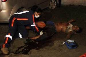 Socorrista do Samu atende bandido baleado no assalto (Foto: Douglas Júnior)