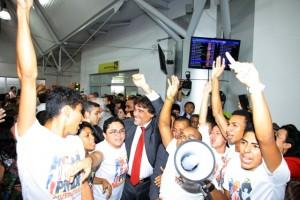 Lobão Filho é abraçado pela Juventude do PMDB ao surgir no saguão do aeroporto (Fotos: Biné Morais/O Estado)