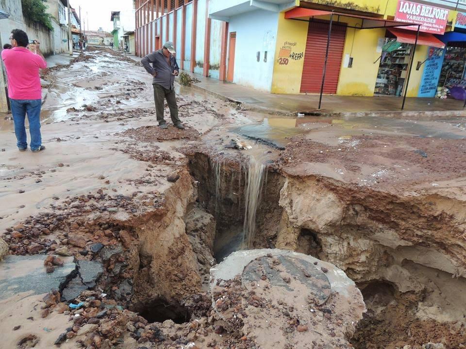 cratera aberta perto da casa do prefeito de Paço de Lumiar