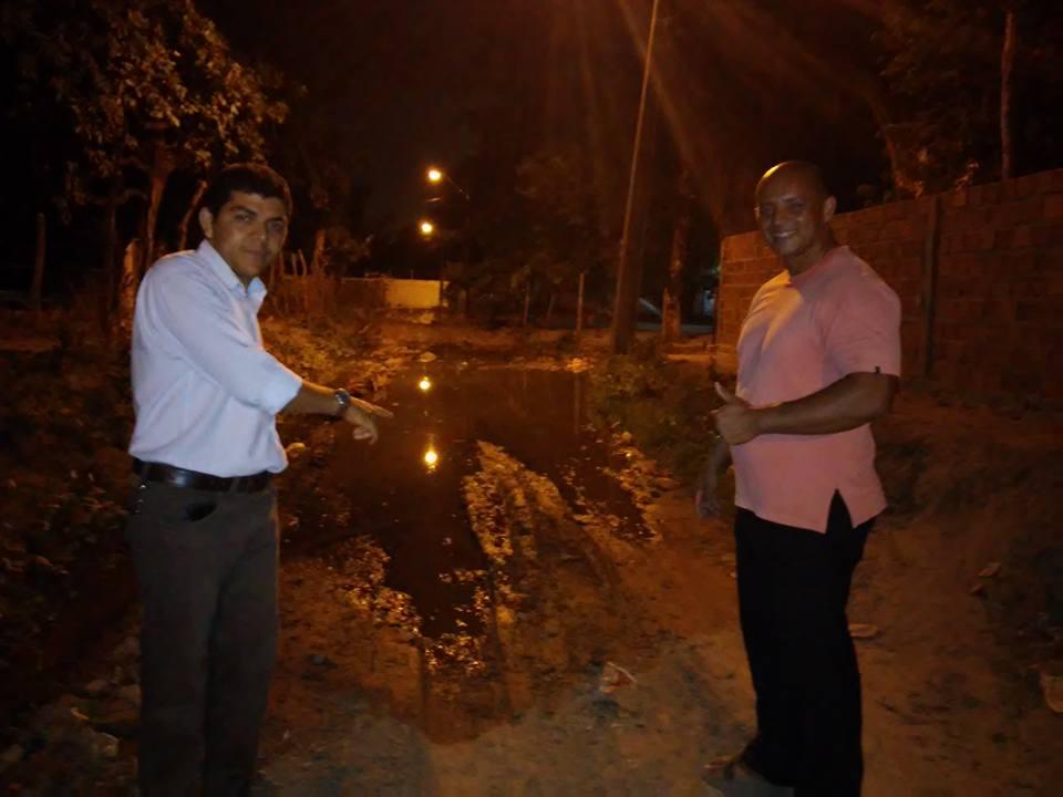 Ciro Nolasco e o pastor Laércio Teixeira vistoriando a av. das Acerolas, no Santa Clara