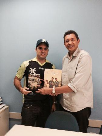 DIVULGAÇÃO: O Piloto de UTV Vinícius Mota entregando um troféu de agradecimento à CEMAR, representada pelo Executivo de Imprensa, Luiz Carlos Cardoso.