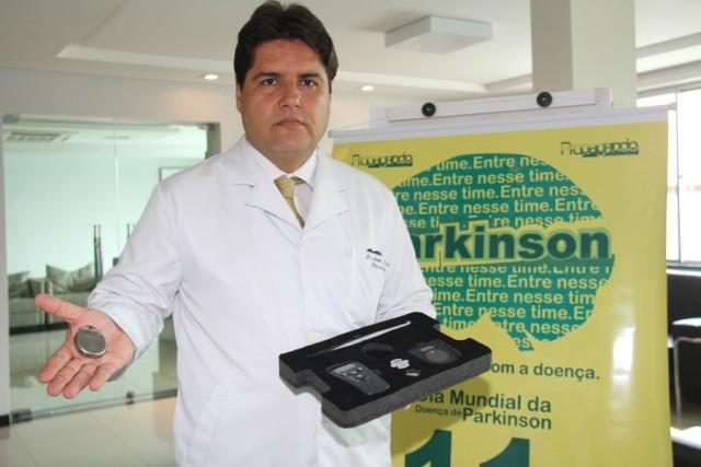 O conceituado neurocirurgião e especialista em Doença de Parkinson, Dr. João Carlos Soares de Sousa Jr. mostra o marcapasso cerebral e estimuladores que podem ser implantado no cérebro de pacientes com a doença