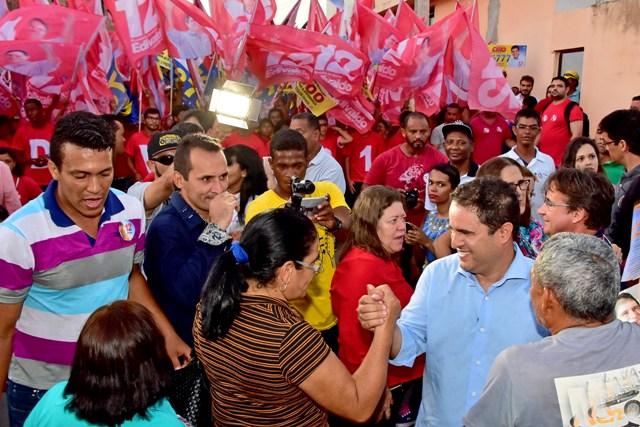 Edvaldo é recibido com festa pelos moradores da região da Cidade Operária, com destaque para o líder comunitário da Santa Clara, Pastor Laerte, que apare ao fundo.