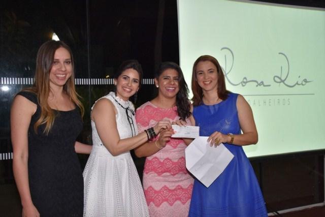 No lançamento do Calendário Preciore 2017, Sheyenne Mendes, da Rosa Rio Joalheiros, entregando a doação da Rosa Rio para as médicas da clínica Preciore.