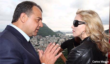 Sérgio Cabral e Madonna, durante a visita da cantora a um Morro Carioca, em novembro.