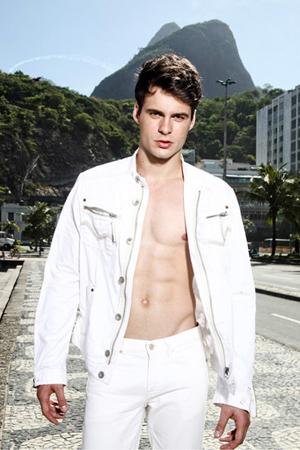 O modelo Igor Monteiro, que vive atualmente em São Paulo, onde tenta cravar seu nome na passarela do sucesso, está na terrinha (São Luís, é claro) para o feriado da Páscoa entre os seus. Bem-vindo!