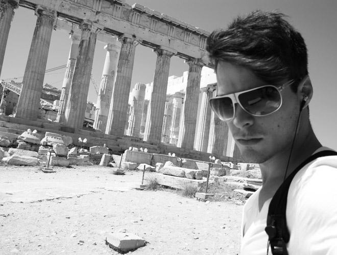 Igor Monteiro diante da ruínas gregas, em Atenas, onde fica até a segunda quinzena de setembro.
