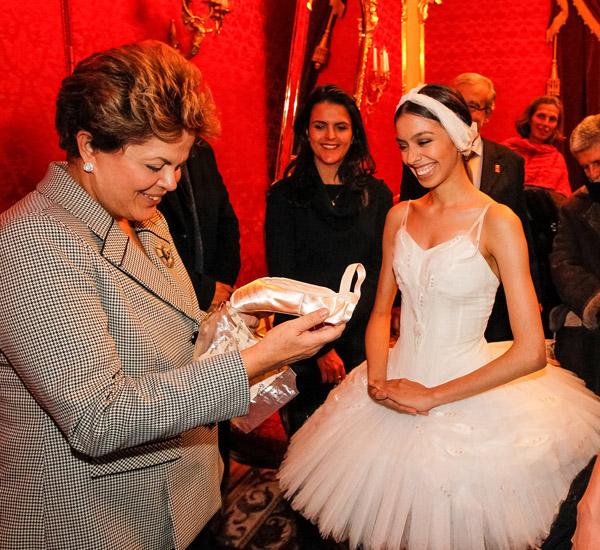 Bruna entrega suas sapatilhas para a nossa presidente, como homenagem à sua presença na plateia do Bolshoi.