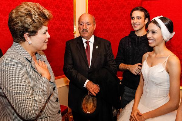 A presidente Dilma recebendo a dupla de brasileiros integrantes do Balé Bolshoi da Rússia, acompanhada do senador Luís Henrique da Silveira