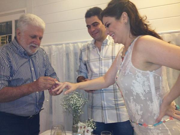 Gustavo Abdalla e Bruna Maciel recebem a benção pelo noivado do pai dela, Luís  Raimundo Maciel.