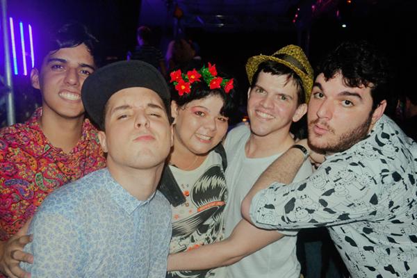A fotógrafa Tieza Cutrim e eu entre os meninos da Shcok Me, Vinicius Ferreira, Kaio Gaspar e Rivandré Basileu, durante o show da Banda Uó, sábado passado.