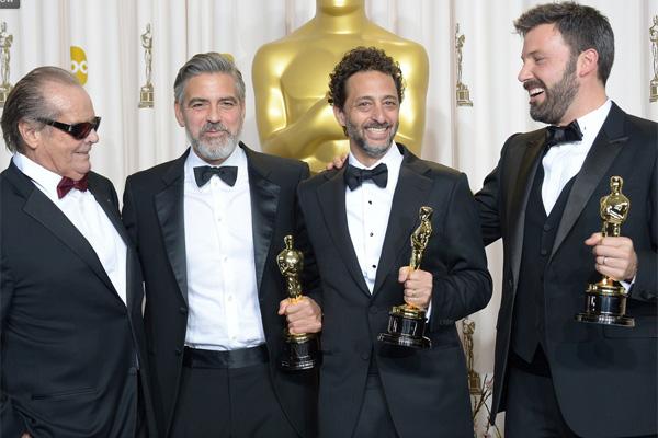Jack Nicholson entrega o Oscar de Melhor Filme aos produtores de Argo, George Clooney, Grant Heslov e Ben Affleck