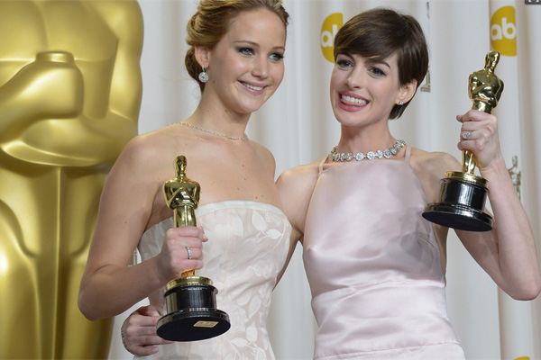 As grandes estrelas da noite: as atrizes premiadas Jennifer lawrence e Anne Hathaway
