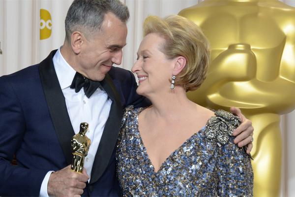 O vencedor Daniel Day-Lewis com a atriz que lhe entregou o prêmio, Meryl Streep