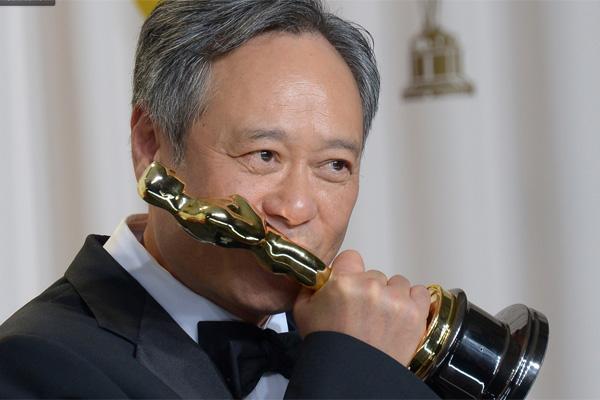 Ang Lee e sua estatueta de Melhor Diretor por As Aventuras de Pi