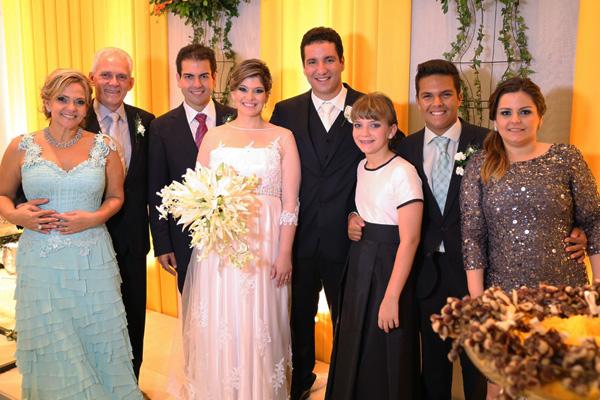 Eles com a família dela> Os pais, Júlio Neves e Soraya, e os irmãos Gilsinho, Julinho, Maria Fernanda e Michelle.