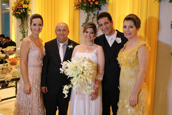 Eles e a família dele. Os pais, Odilon e Maria Fonseca Alves, e a irmã Mayara.