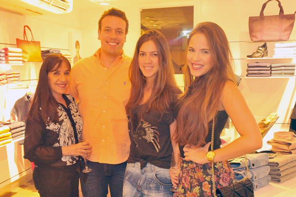 Na foto, o casal Matias Frota e Marcella Saldanha Vaz entre a mãe e a irmã dela, Kézya e Maryna Saldanha. (Foto: Nelmar Mendes).