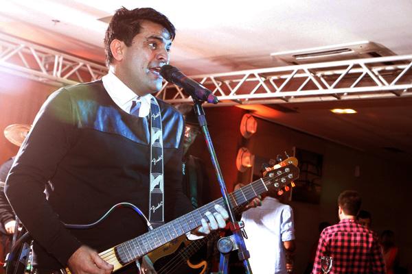 Pepê Jr, durante a performance para o aniversário do colunista Nedilson Machado, sexta passada (26), no Hotel Luzeiros, mesmo endereço que o cantor vai movimentar neste sábado (4). Foto: Miguel Viegas.